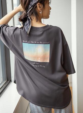 バックフォトプリントラウンドヘムTシャツ